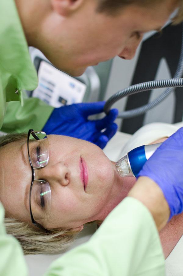 Zaletą rf mikroigłowej jest to, że zabieg bardzo stymuluje skórę, a okres rekonwalescencji jest krótki (fot. Pink Media)