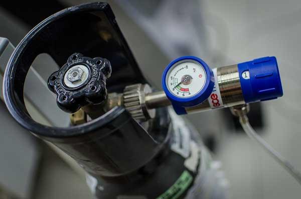 Ze względów bezpieczeństwa istotne jest też to, żeby zarówno aparatura, jak i butla z gazem oraz sam gaz, miały certyfikaty medyczne. Fot. arch. własne