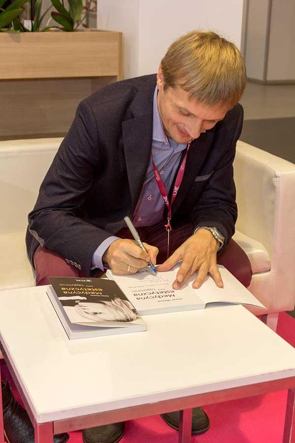 Podpisywanie książek (fot. LNE)